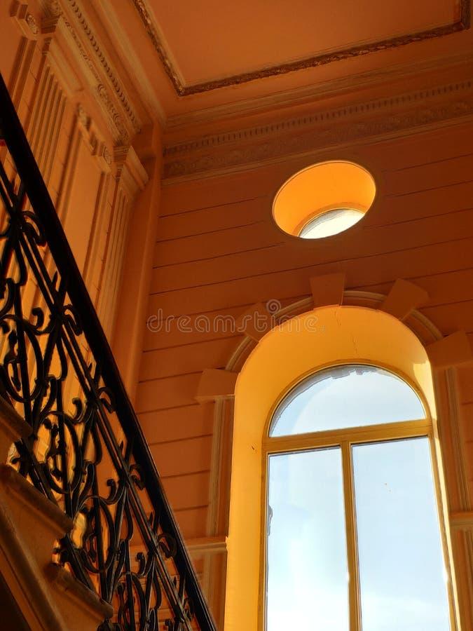 Fond ou concept, une fenêtre énorme dans un bâtiment historique image libre de droits