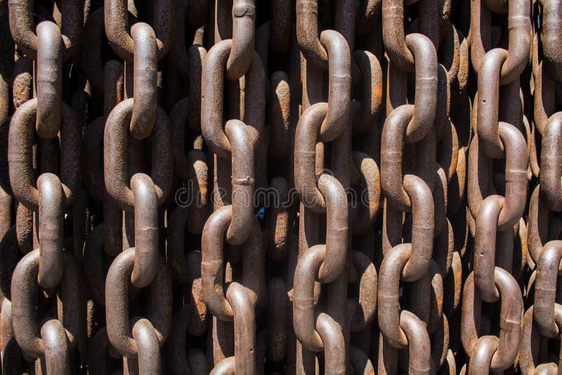Fond ou texture de grand métal et chaînes rouillées et liens images stock