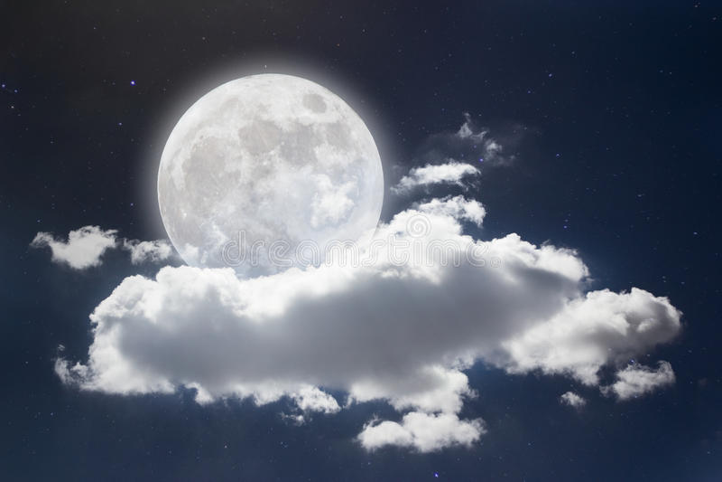 Fond paisible, ciel nocturne avec la pleine lune, étoiles, beaux nuages images libres de droits