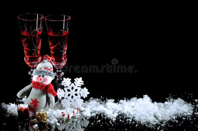 Fond pour des verres de cadeaux de Noël de vin et de deco de nouvelle année images stock