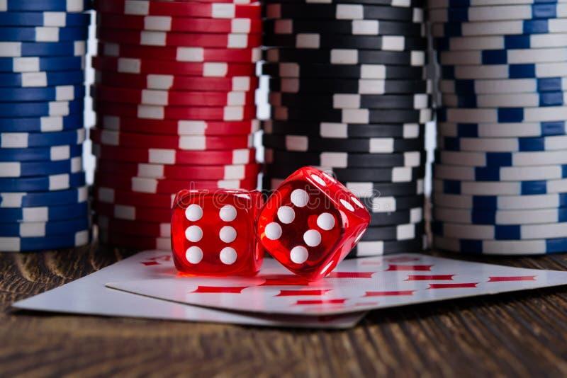 Fond pour jouer pour l'argent, un grand mur des puces à jouer dans le casino image stock