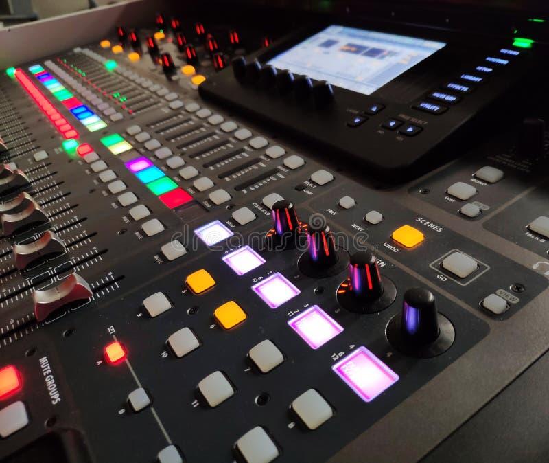Fond professionnel de console de musique, matériel son photo libre de droits