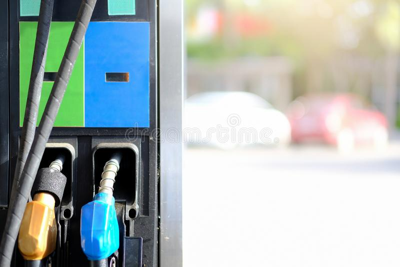 Fond remplissant de becs de pompe à essence, station service dans un servic images stock