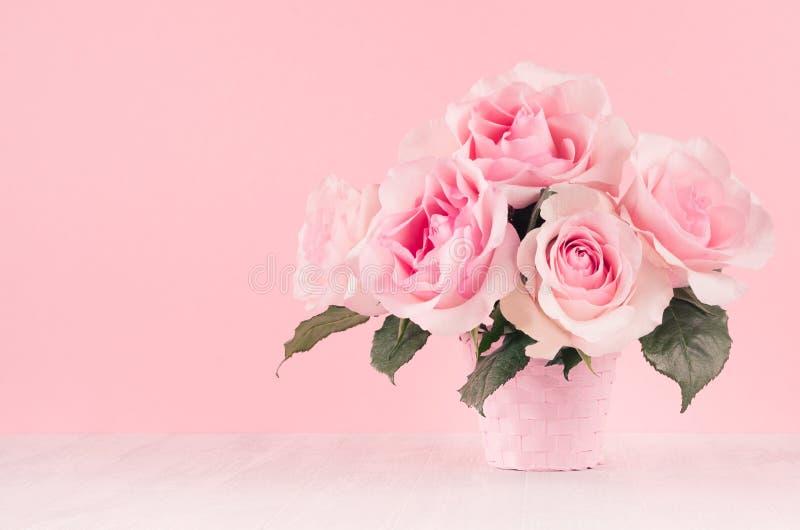 Fond Romance de fleurs de célébration - bouquet de luxe rose de roses sur le panneau en bois blanc, l'espace de copie photographie stock libre de droits