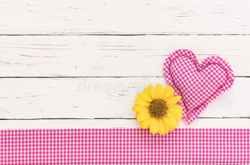 Fond romantique de fête de naissance avec le coeur rose et fleur pour une fille image stock