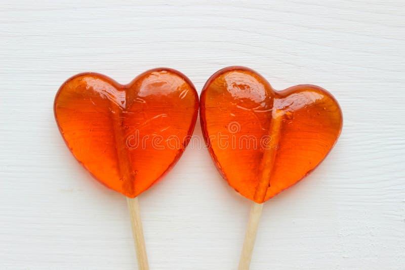 Fond romantique de jour du ` s de Valentine Lucettes sous forme de fin de coeur d'isolement sur le fond blanc images stock