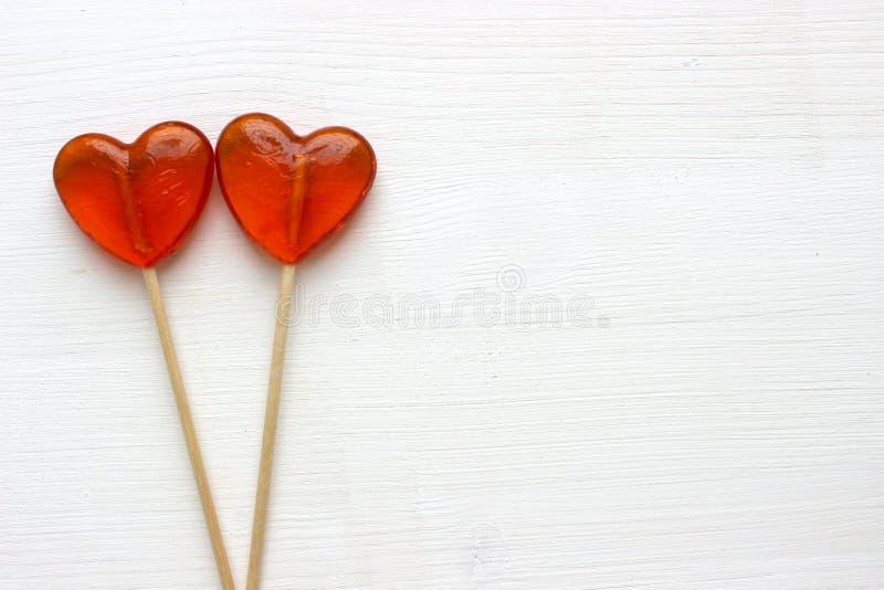 Fond romantique de jour du ` s de Valentine Lucettes sous forme de fin de coeur d'isolement sur le fond blanc image libre de droits
