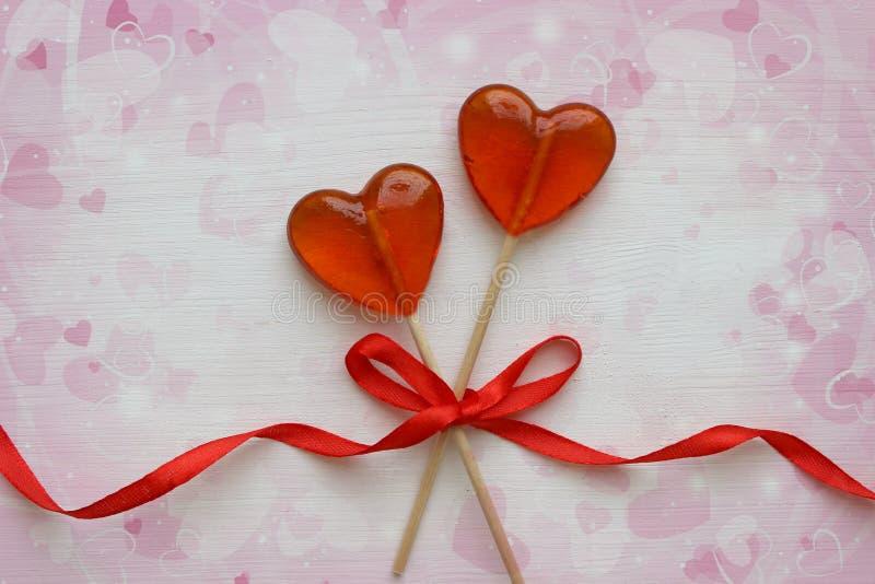 Fond romantique de jour du ` s de Valentine Lucettes sous forme de fin de coeur sur le fond blanc photo stock