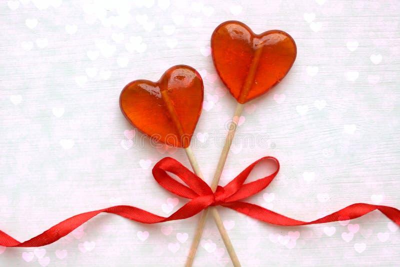 Fond romantique de jour du ` s de Valentine Lucettes sous forme de fin de coeur sur le fond blanc images stock