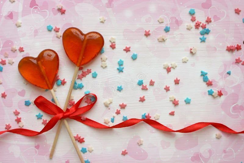 Fond romantique de jour du ` s de Valentine Lucettes sous forme de fin de coeur sur le fond blanc images libres de droits