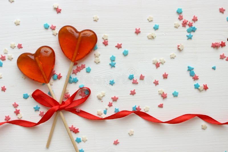 Fond romantique de jour du ` s de Valentine Lucettes sous forme de fin de coeur sur le fond blanc photographie stock