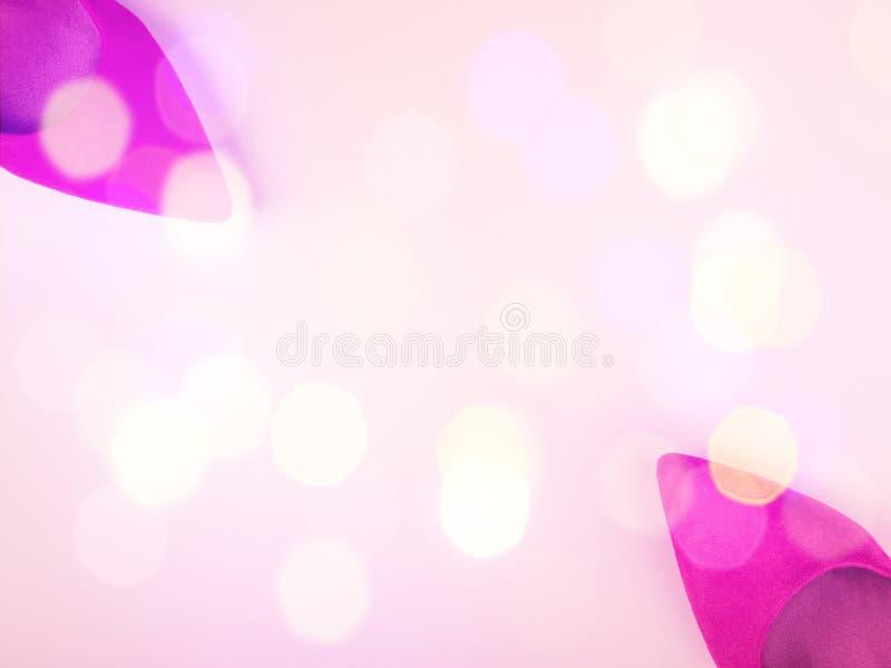 Fond rose avec les pompes et les lumières de fête de la femme photographie stock libre de droits