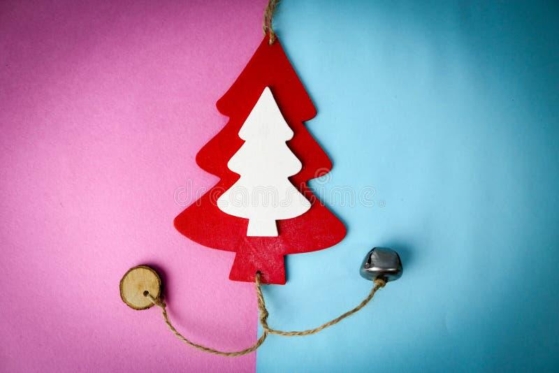 Fond rose bleu joyeux multicolore de Noël de fête de nouvelle année avec arbre de Noël mignon rouge un de petit jouet et blanc en photo libre de droits