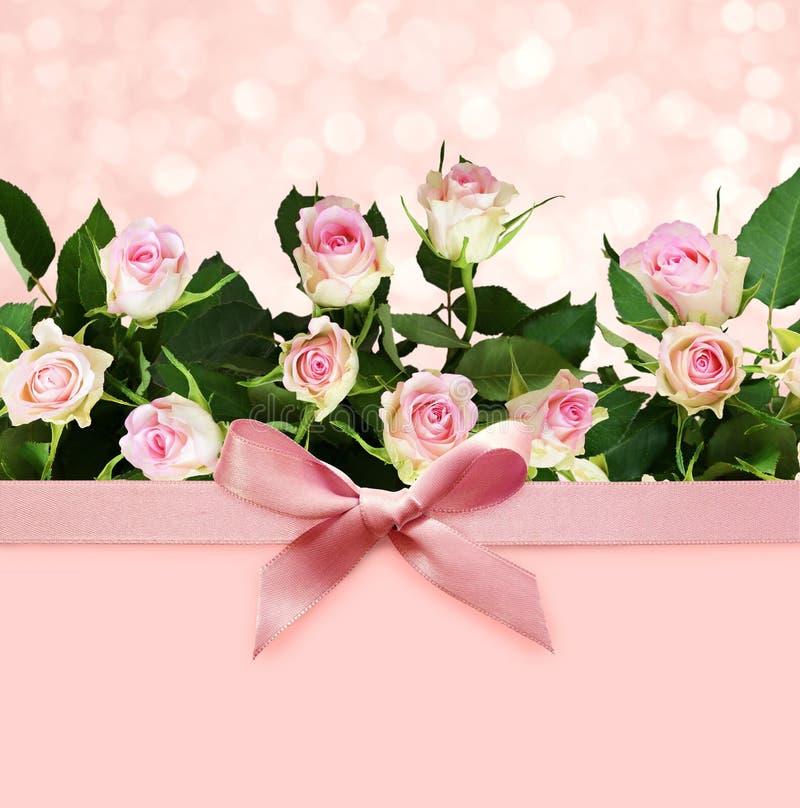 Fond rose de boke de vacances avec l'arc et les roses en soie photo stock
