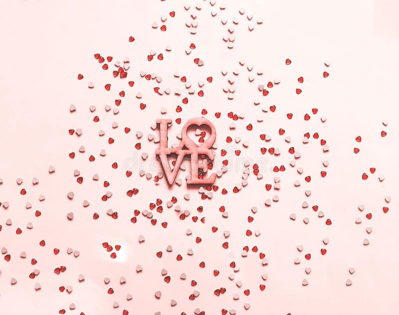 Fond rose de fête avec des paillettes sous forme de coeur n images libres de droits