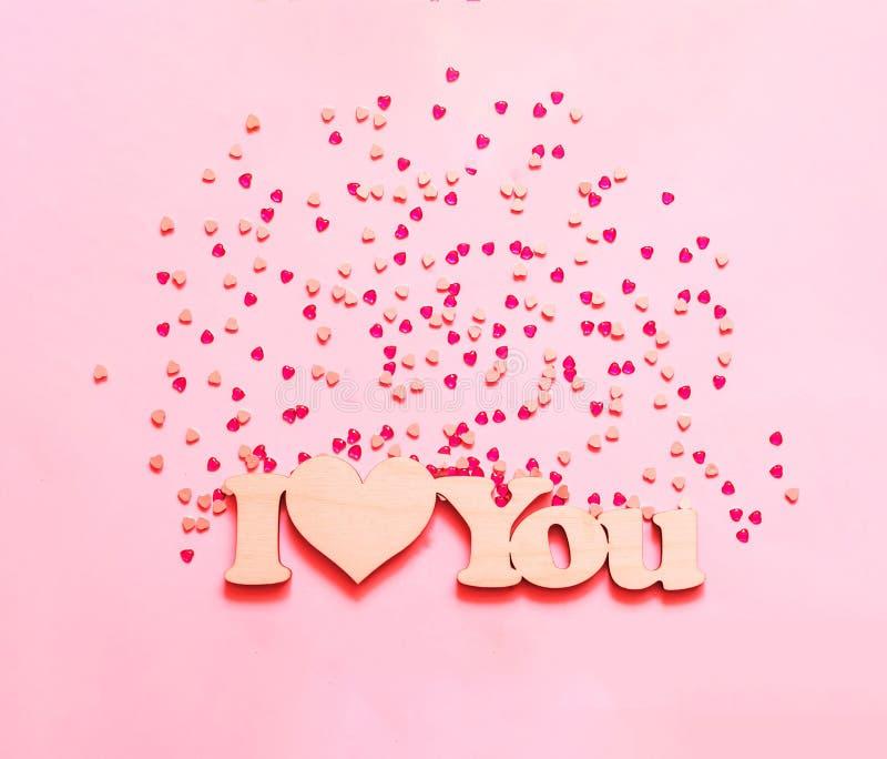 Fond rose de fête avec des paillettes sous forme de coeur n photographie stock libre de droits