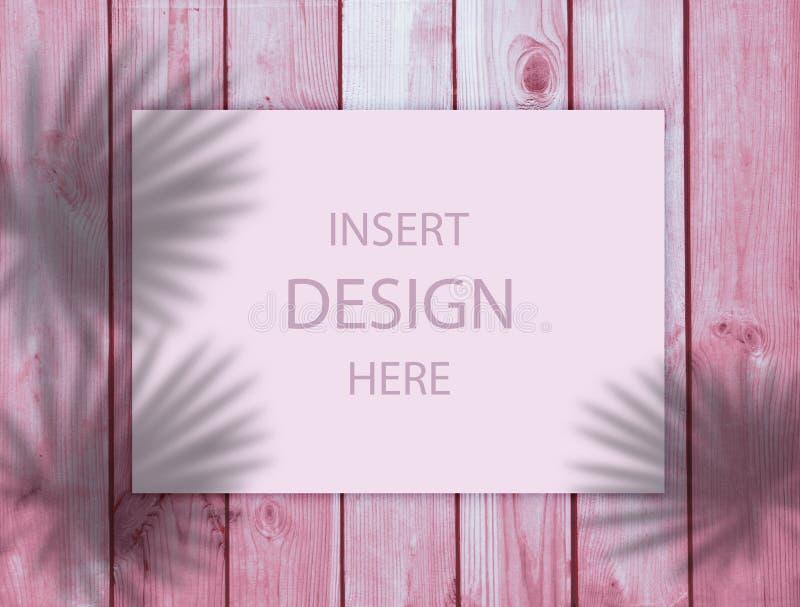 Fond rose pour la conception Ombre des feuilles tropicales sur un fond en bois Place pour le texte Grand fond en vente d'été photos libres de droits