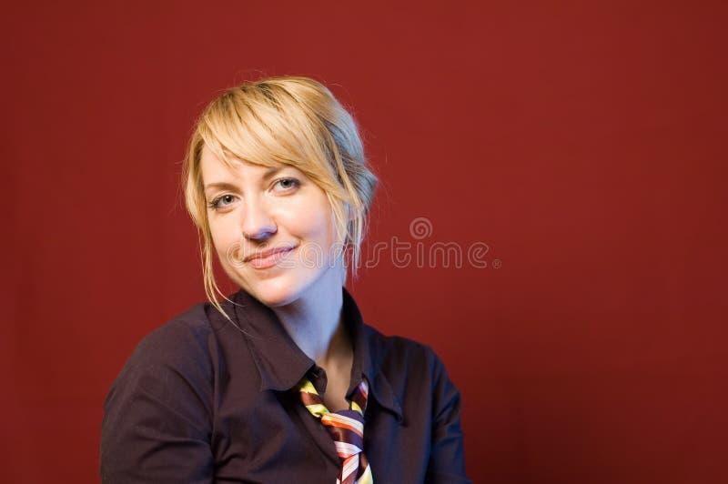Fond rouge 2 de verticale de femme d'affaires photos stock