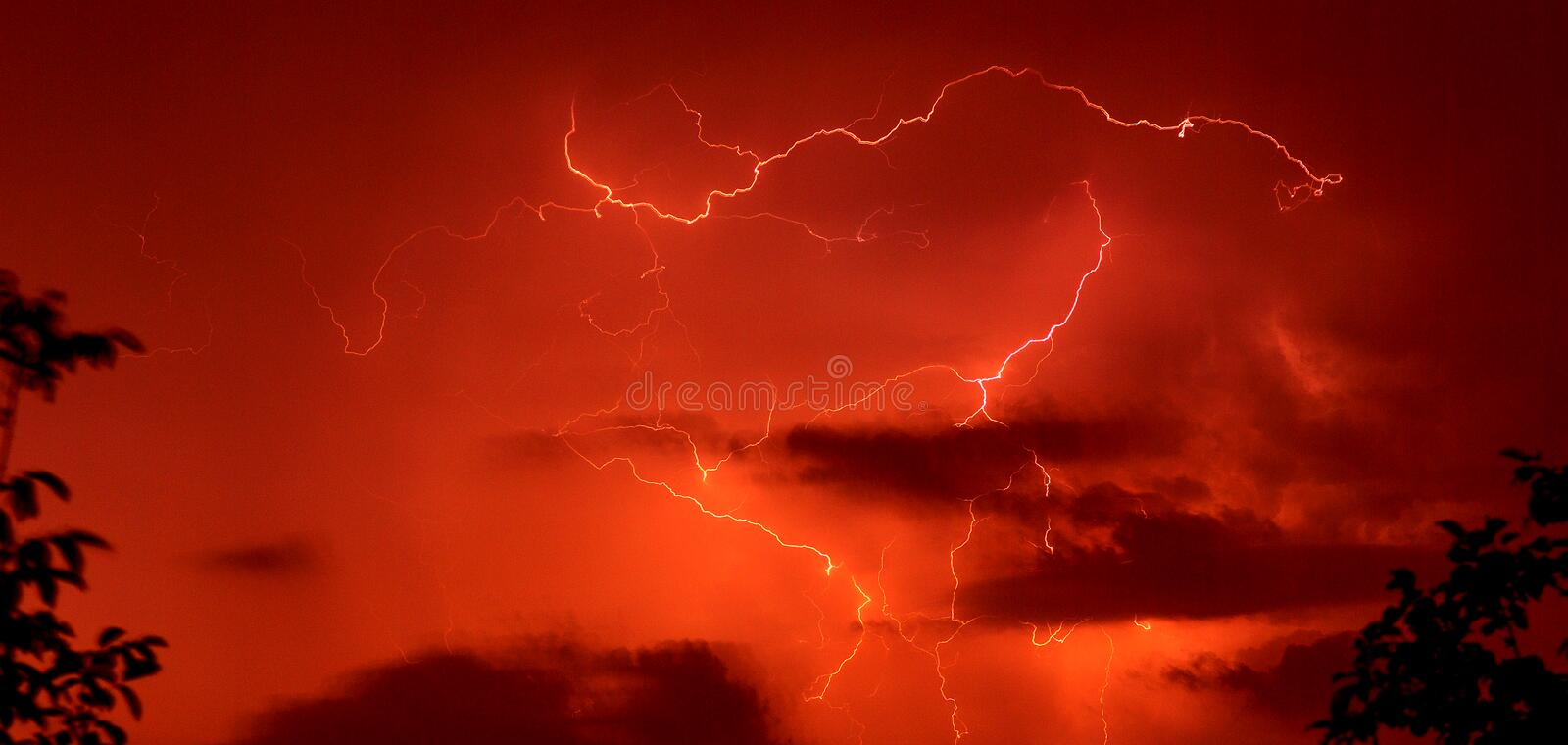 fond rouge d'orage. photographie stock
