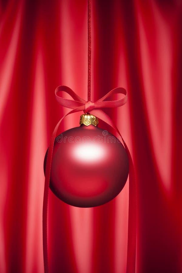Fond rouge d'ornement de Noël de satin photographie stock libre de droits