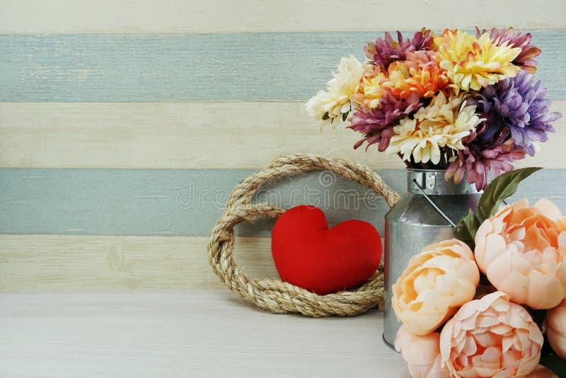 Fond rouge de concept de jour du ` s de valentine de symbole de coeur avec la décoration de fleurs image libre de droits