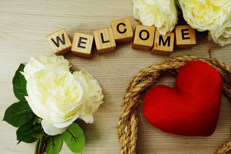 Fond rouge de concept de jour du ` s de valentine de symbole de coeur avec la décoration de fleurs photos libres de droits