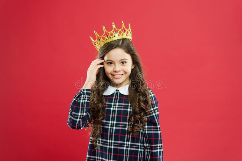 Fond rouge de couronne d'usage de fille Concept de la famille de monarque Façons de princesse Attribut de monarque Couronne d'or  photos stock
