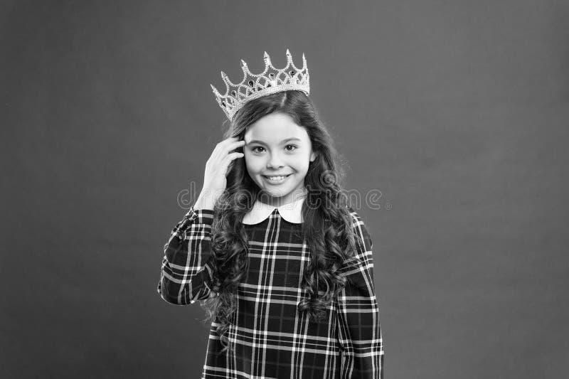 Fond rouge de couronne d'usage de fille Concept de la famille de monarque Fa?ons de princesse Attribut de monarque Couronne d'or  photos libres de droits