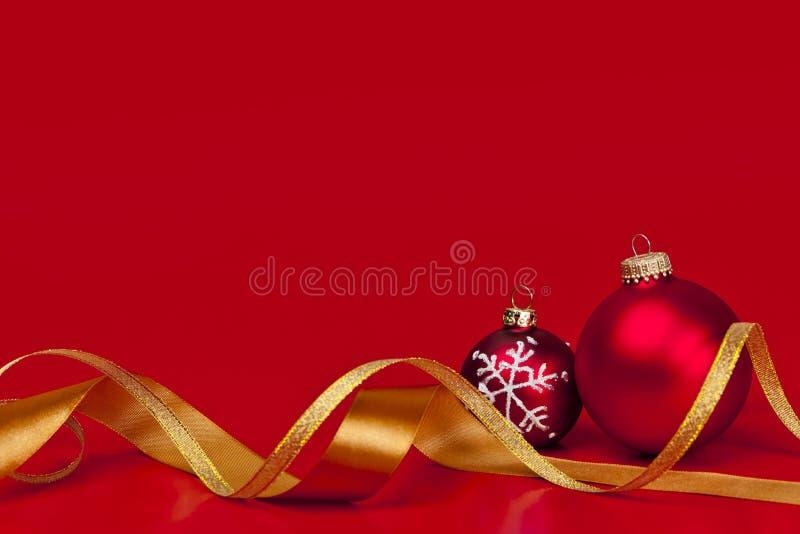 Fond rouge de Noël avec des ornements images libres de droits