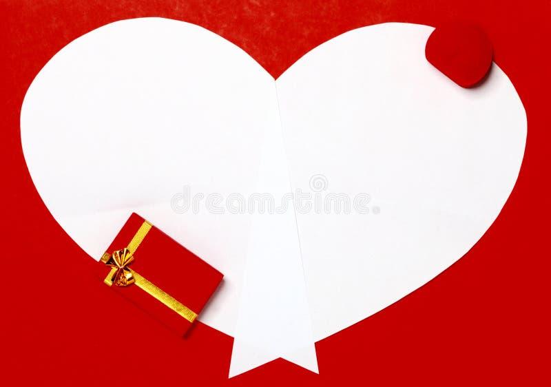 Fond rouge de Saint-Valentin avec le coeur et le boîte-cadeau photo stock