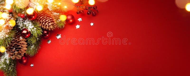Fond rouge de vacances de Noël d'art ; carte de voeux photographie stock libre de droits