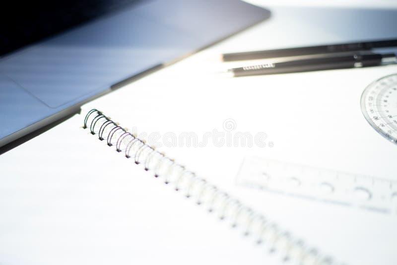 Fond rouge dynamique de résumé, texture rouge avec le bokehWorkspace au bureau sur un ordinateur portable avec la lumière du sole images libres de droits