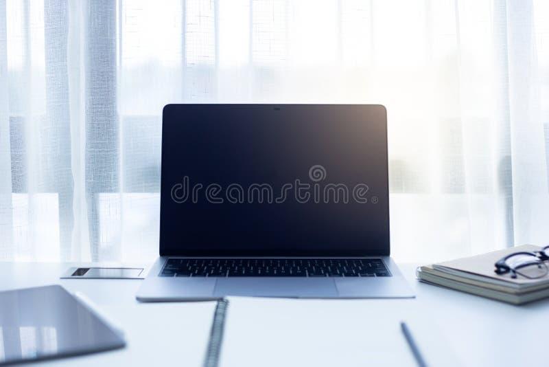 Fond rouge dynamique de résumé, texture rouge avec le bokehWorkspace au bureau sur un ordinateur portable avec la lumière du sole photos stock