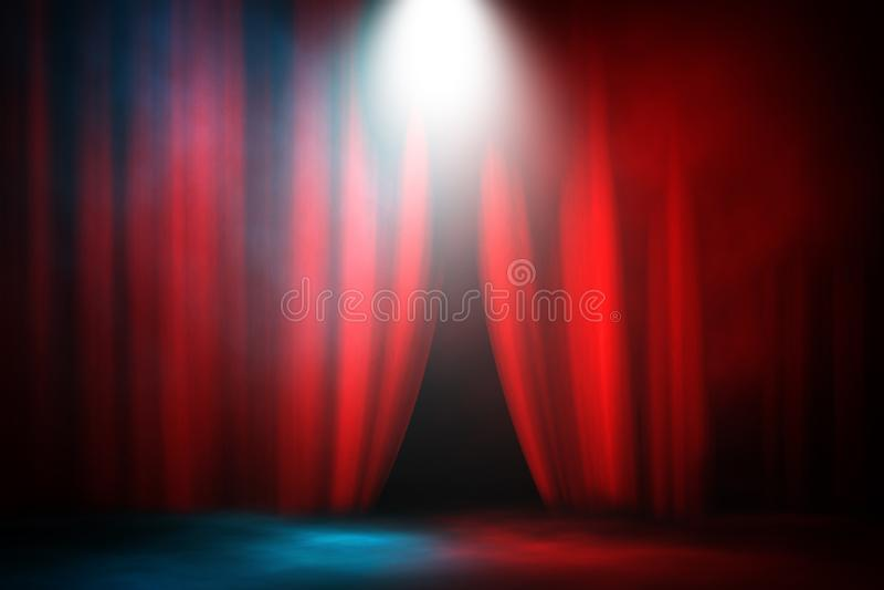 Fond rouge et bleu de combat et de match d'étape de rideau en projecteur de fumée photographie stock libre de droits
