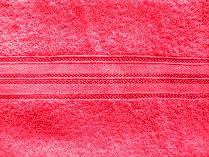 Fond rouge lumineux de serviette de coton avec les traits horizontaux images libres de droits