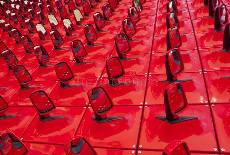 Fond rouge sous forme de miroirs d'automobile image libre de droits