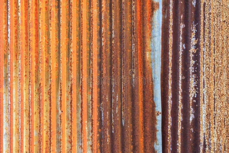 Fond rouillé de texture de mur de zinc de frontière de sécurité en métal de fer ondulé photographie stock libre de droits