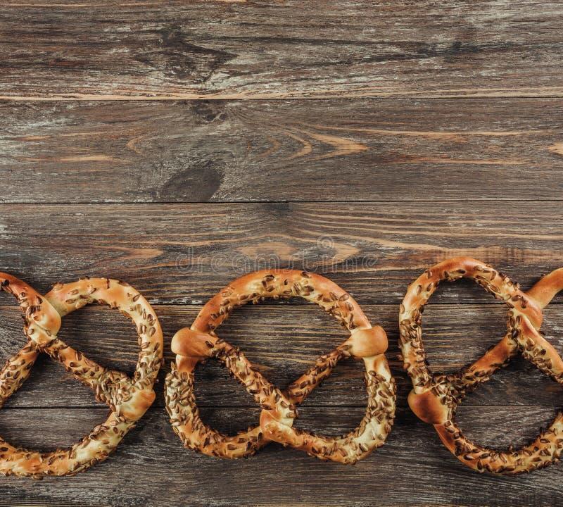 Fond rustique pour Oktoberfest ou spécialités bavaroises, bretzels sur la table en bois Vue supérieure, l'espace de copie photos libres de droits