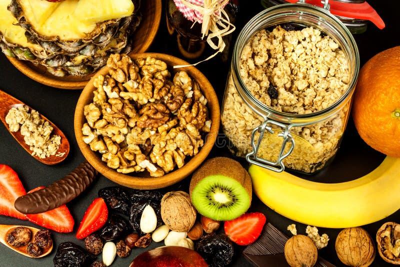 Fond sain de nourriture avec la granola faite maison de farine d'avoine ou muesli avec le fruit Muesli avec des noix Muesli sur u image libre de droits