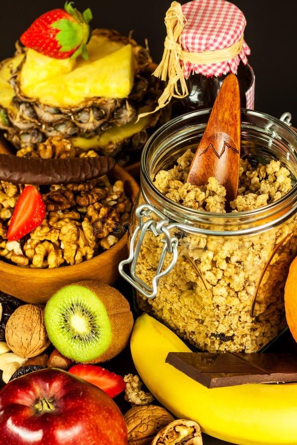 Fond sain de nourriture avec la granola faite maison de farine d'avoine ou muesli avec le fruit Muesli avec des noix Muesli sur u photos stock