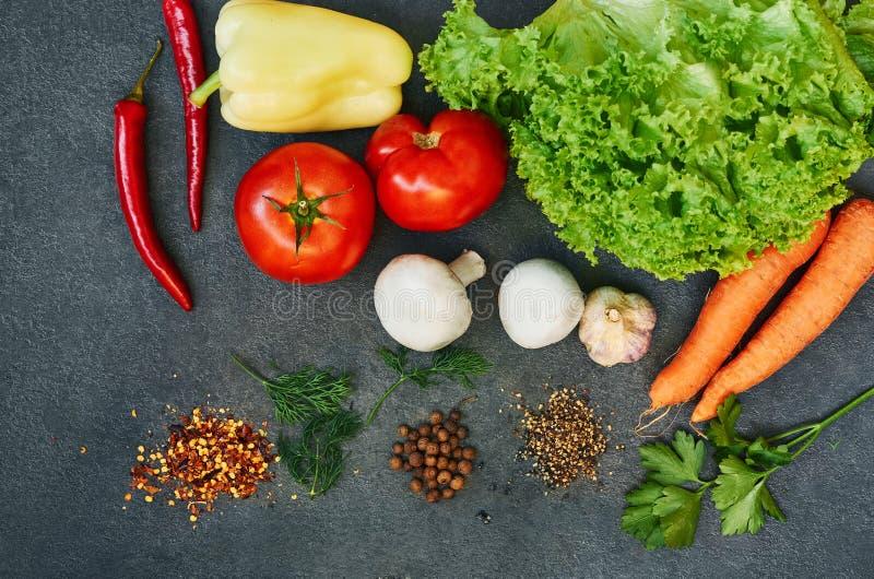 Fond sain de nourriture Concept sain de nourriture avec les l?gumes frais et les ingr?dients pour la cuisson Vue sup?rieure avec  photo stock