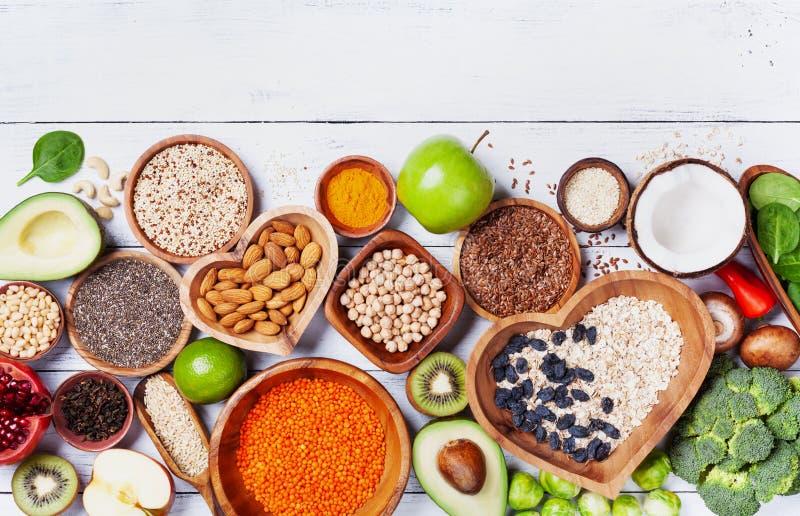 Fond sain de nourriture des fruits, des légumes, de céréale, des écrous et de superfood Végétarien diététique et équilibré mangea photographie stock