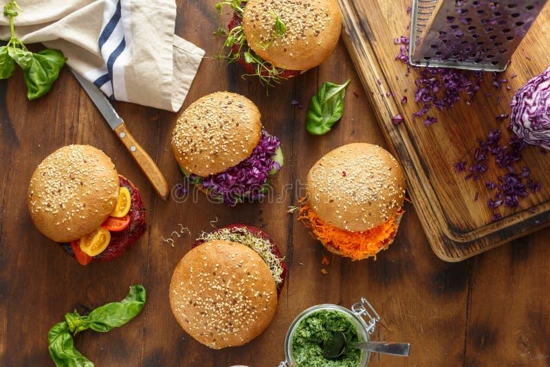 Fond sain de nourriture Différents hamburgers végétariens figés photos libres de droits