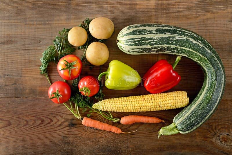 Fond sain de nourriture différents légumes sur la vieille étiquette en bois photographie stock libre de droits