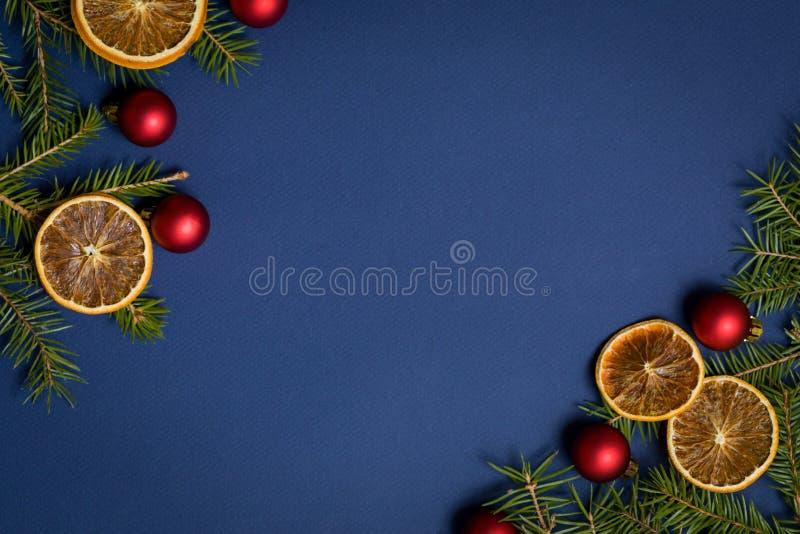 Fond sans couture bleu flatlay - fond de Noël avec le cadre de branche de décoration et de sapin Vue supérieure avec l'espace lib images libres de droits