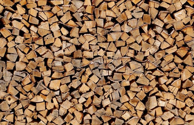 Fond sur le bois de chauffage coupé empilé dans le tas de bois images stock