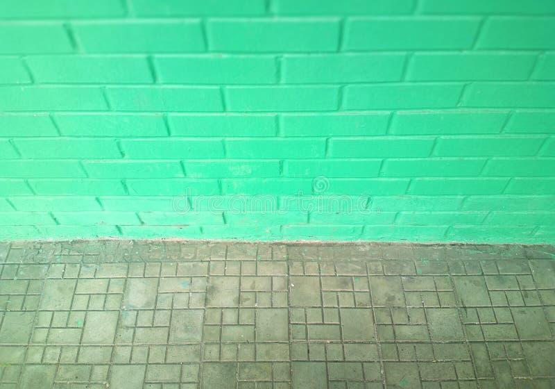 Fond symétrique vert pâle de mur de briques de rue photos stock