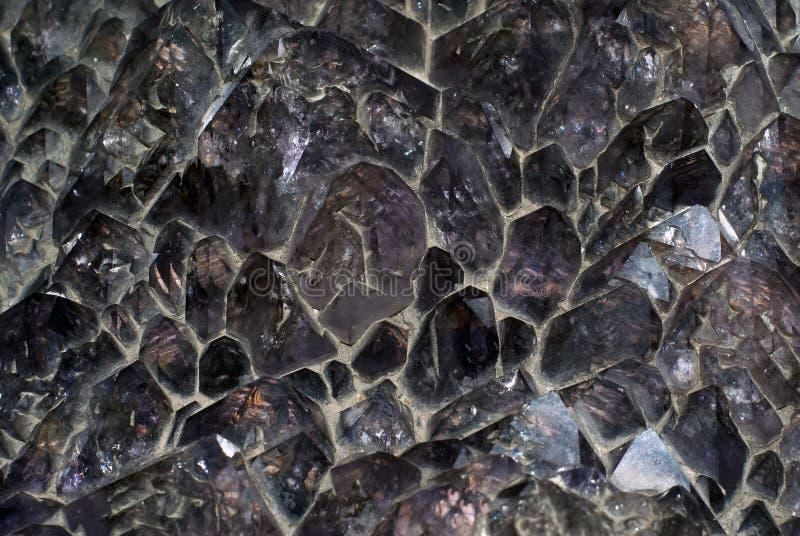 Fond, texture - Druze des cristaux non traités d'améthyste photographie stock