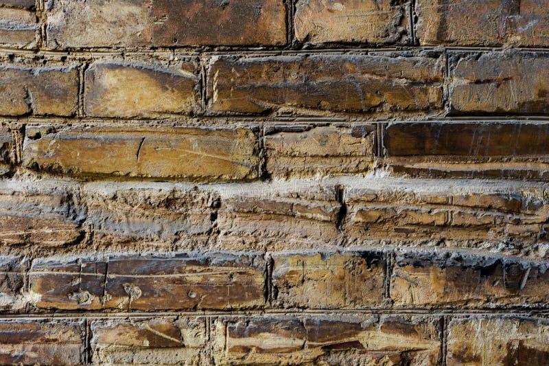 Fond texturisé de la vieille maçonnerie de brique jaune pâle avec les usures horizontales profondes Texture grunge de la vieille  photographie stock