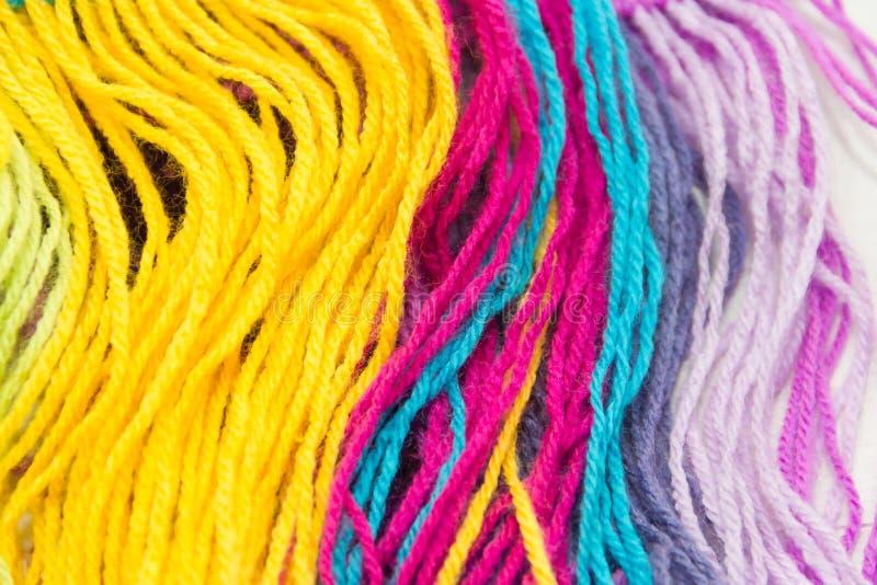 Fond texturisé des fils de laine colorés image libre de droits